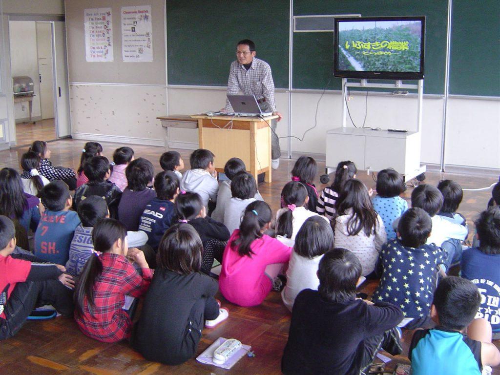 地元小学校でJA青年部による出前授業