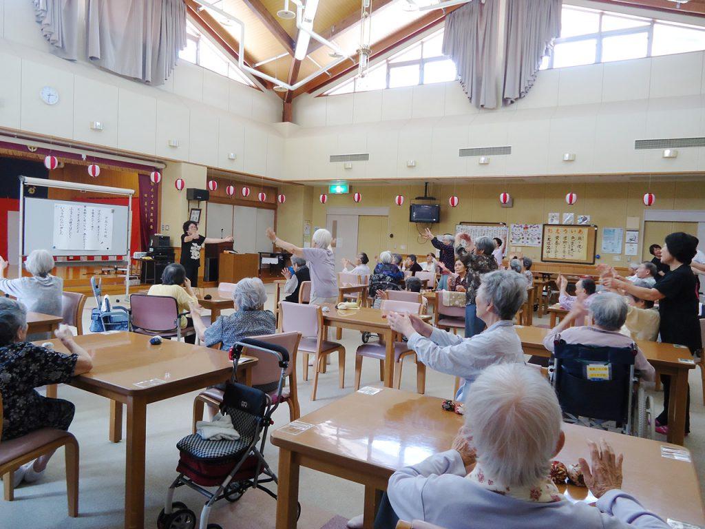 女性部員高齢者施設を訪問